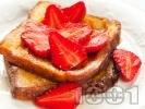 Рецепта Пържени филийки с мед и пресни ягоди